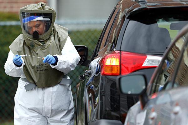 2020年4月28日,麻州劍橋健康聯盟Somerville醫院的醫務人員在給駕車前來的居民用拭子取樣,測試是否染疫。(Maddie Meyer/Getty Images)
