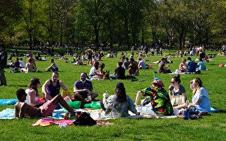 组图:疫情趋缓 纽约人聚集公园享受春光