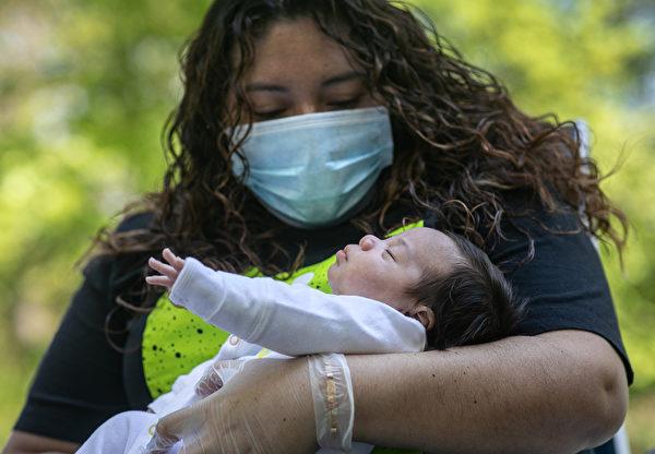 2020年5月14日,美國康涅狄格州斯坦福德,祖利(Zully)第一次抱住了她六個星期大的兒子內塞爾(Neysel)。祖利在懷孕八周時曾感染中共病毒而住院,產後暫時由別人照顧她的孩子,直到她被檢測為陰性後,孩子才重回她的懷抱。(John Moore/Getty Images)