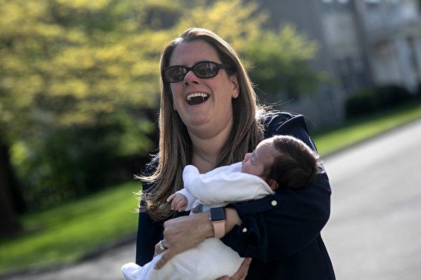 2020年5月14日,美國康涅狄格州的斯坦福德,小學老師露西娜·里拉(Luciana Lira)六個月前開始照顧嬰兒內塞爾(Neysel),因為當時內塞爾的母親祖利(Zully)在懷孕期間感染中共病毒而住院。(John Moore/Getty Images)