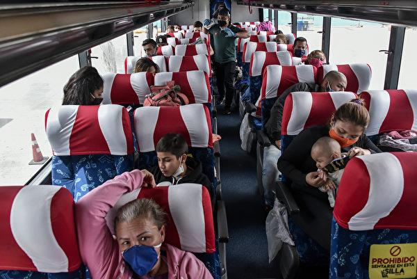 2020年5月15日,哥倫比亞波哥大,由於中共病毒大流行,委內瑞拉移民Floricarmen Araujo(右前排一)與孩子和丈夫哈維爾·哈恩(二排右)坐在停在波哥大北部巴士站內的一輛公共汽車內準備回國。(Guillermo Legaria/Getty Images)