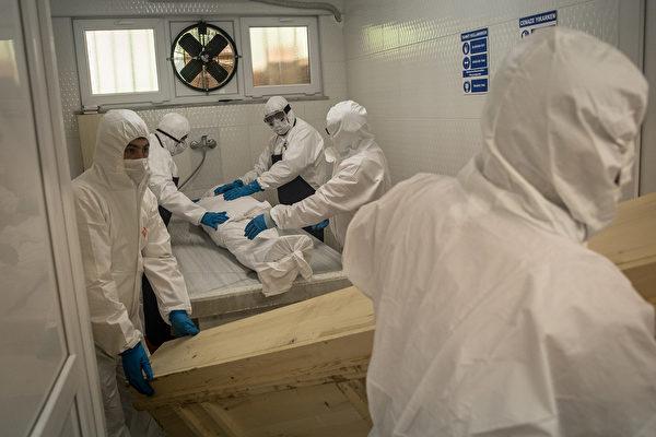 2020年5月15日,土耳其的伊斯坦布爾,穿戴個人防護用品(PPE)的工作者在Zincirlikuyu太平間處理死者的遺體。(Chris McGrath/Getty Images)
