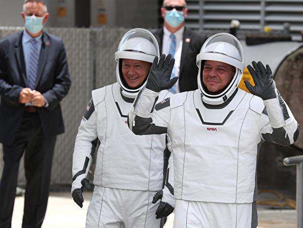 2020年5月27日佛羅里達州,美國太空總署太空人伯特・本肯(R)和道格拉斯・赫利(L)走出大樓,前往甘迺迪發射台39A。( Joe Raedle/Getty Images)
