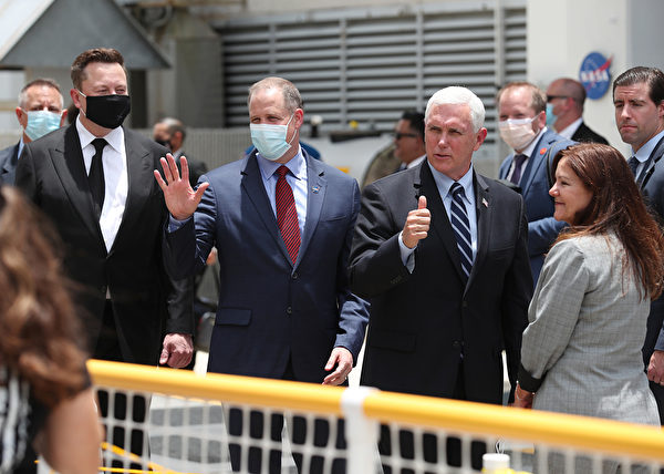 2020年5月27日,美國副總統彭斯夫婦(左三、左四)到達爾富爾羅里達州的甘迺迪航天中心。左一為 Spacex創始人馬斯克(Elon Musk),左二為NASA總裁Jim Bridenstine。( Joe Raedle/Getty Images)