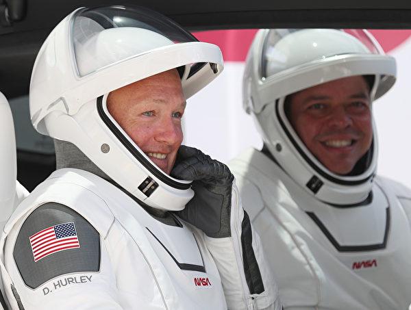 5月30日,兩位太空人也準備就緒,本肯(Robert Behnken,右)和赫利(Douglas Hurley,左)在離開大樓前往SpaceX獵鷹9號火箭的途中。( Joe Raedle/Getty Images)