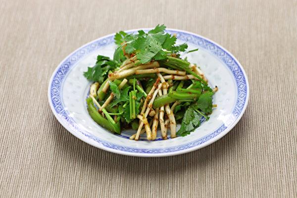若有風熱感冒、皰疹或是泌尿系統感染,生吃魚腥草為好;若是身體比較虛弱,熟食更佳。(Shutterstock)