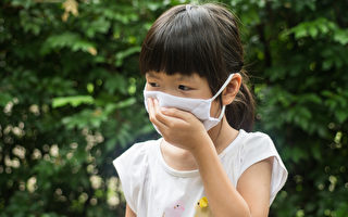 在咽喉炎多發的時節,很多孩子開始出現發燒、喉嚨痛、肚子痛等症狀。(Shutterstock)