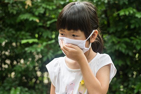 在咽喉炎多发的时节,很多孩子开始出现发烧、喉咙痛、肚子痛等症状。(Shutterstock)