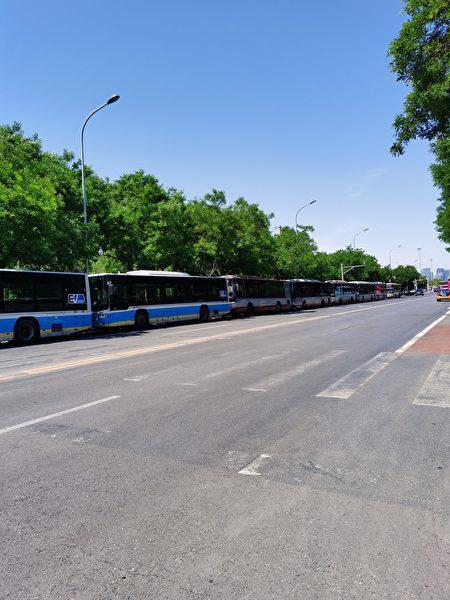 5月19日中午,訪民在國家信訪局旁路邊拍到停靠著一長排截訪用的大巴車。(受訪者提供)