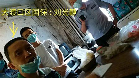 5月18日重慶5名國保帶人對趙安秀非法抄家。(受訪者提供)