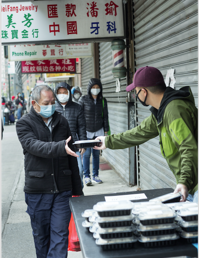 紐約華人開創的非牟利組織「重新思考」(Rethink Food)從4月下旬開始在給下東城三個地點為社區居民免費供應食物。(「重新思考」組織提供)