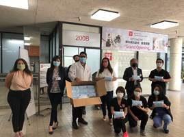 女議員親臨華埠醫療診所 捐贈醫護口罩