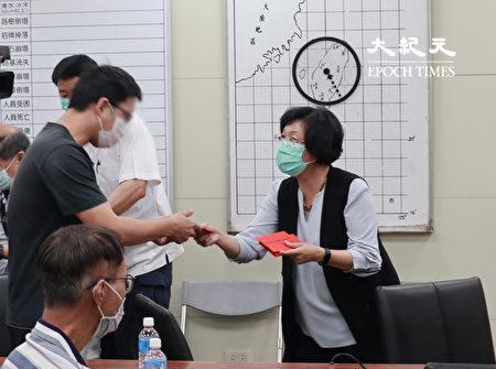 彰化縣長頒發紓困金一萬元。
