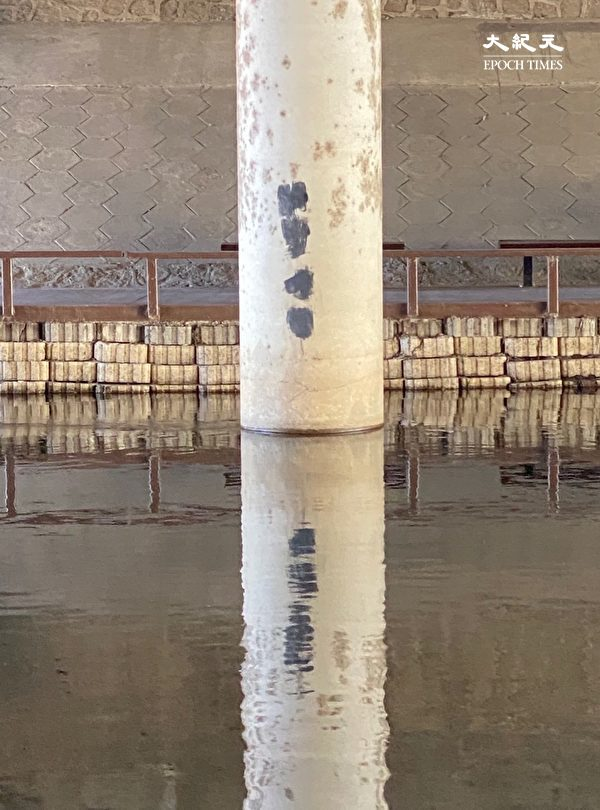 2020年5月26日,北京南站涼水河邊的橋柱子上,訪民寫上「渴望公平」的口號已經被塗抹,後面的土地塗上了油漆。(大紀元)