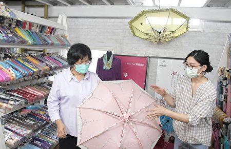 彰化縣長王惠美(左)參觀製傘過程。