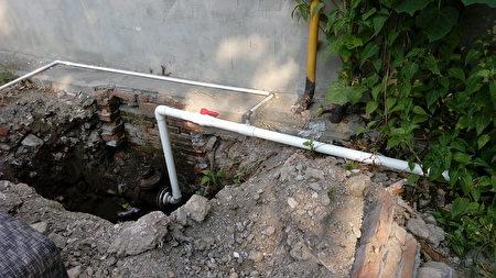 水管被切斷後住戶自接水管。(受訪者提供)