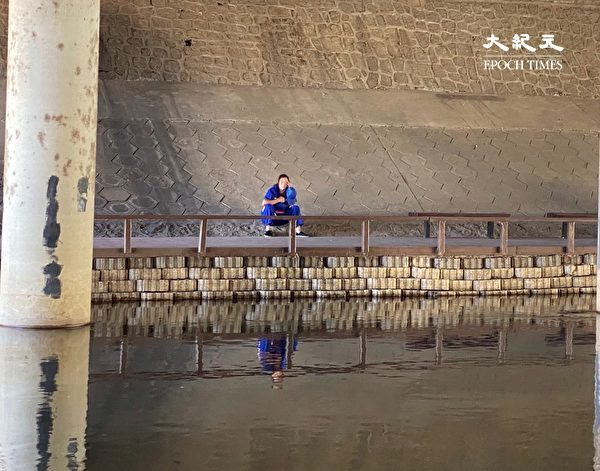 北京南站涼水河岸邊,曾經是許多進京訪民的聚集地,如今訪民的口號標語已經被塗抹。(大紀元)