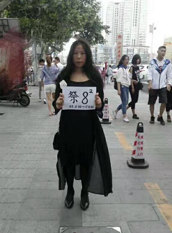 2017年6月3日,毛欣馨在青島街頭悼念六四。(毛欣馨提供)