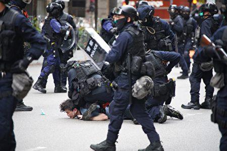 港警攻擊香港民眾。