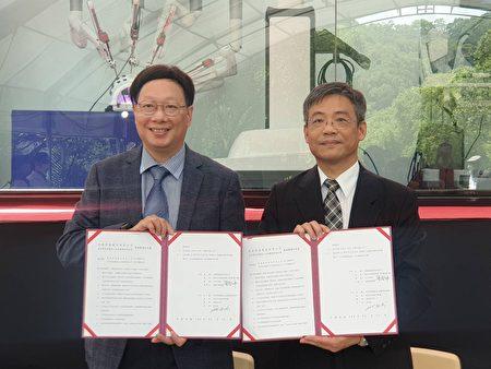 元培与企业签订产学策略联盟仪式,右为校长林志城。
