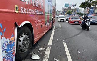 小客車失控撞上路旁客運 開車要小心