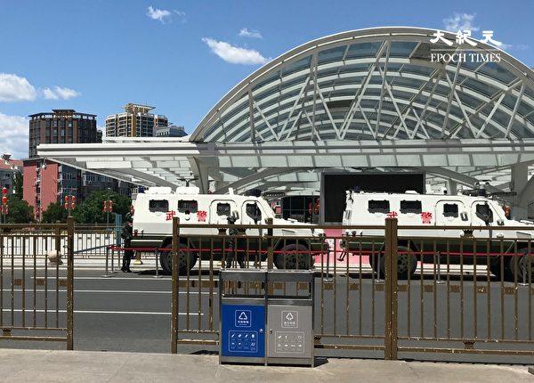 2020年5月26日,北京南站出口的武警車,內有防暴警察。(大紀元)