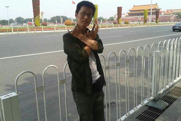 2016年6月4日,何斌在天安门广场做手势悼念六四。(受访人供图)