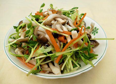 凉拌鸿喜菇。