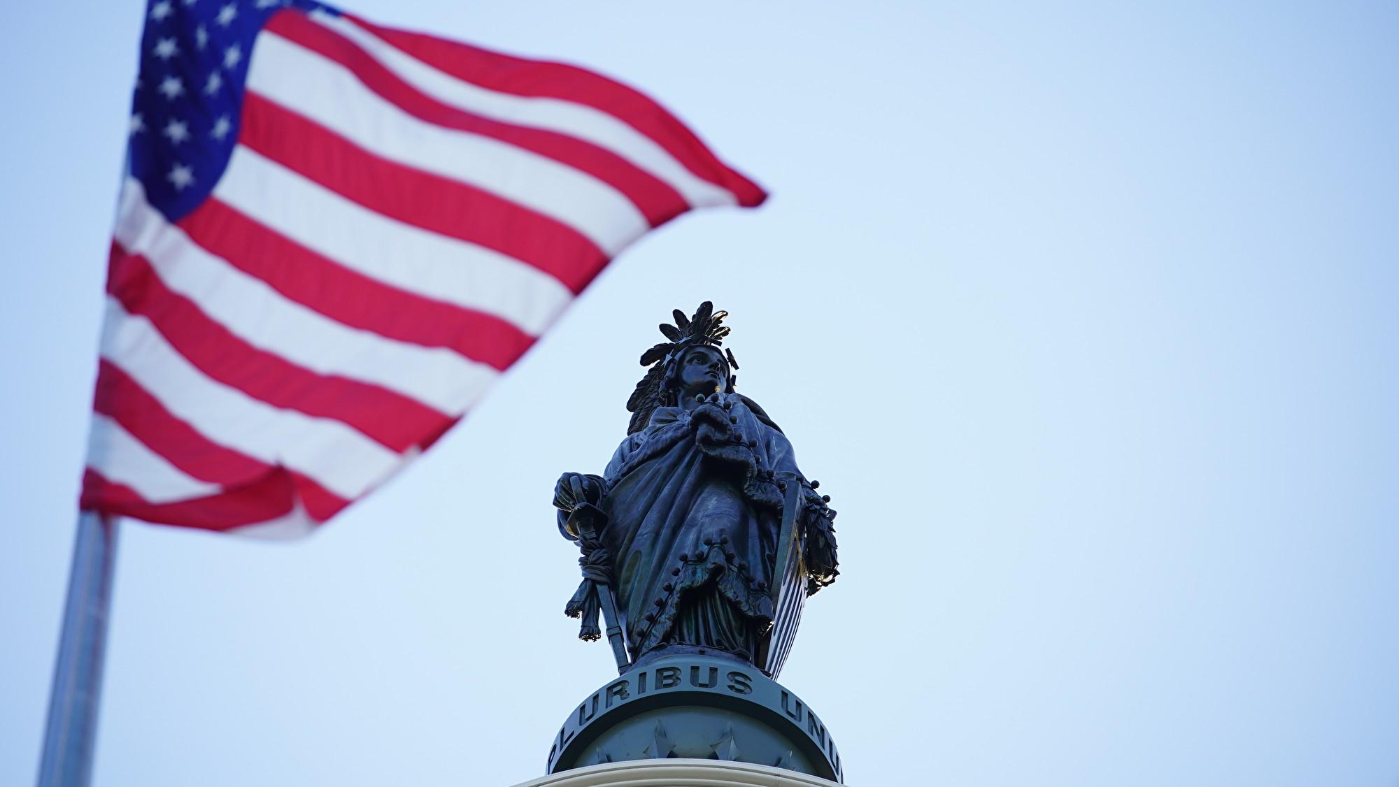 美國會大廈513飄揚國旗 向李洪志先生致敬