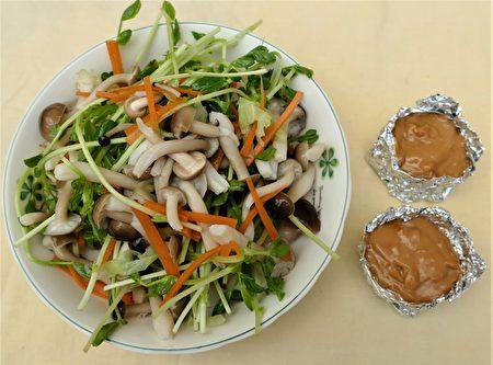 用花生酱、开水、酱油、香油、醋,混合均匀的酱汁,可拌入凉拌鸿喜菇中一起食用。
