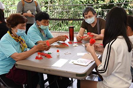 鳳山社區祖孫趣味互動,一起製作康乃馨。