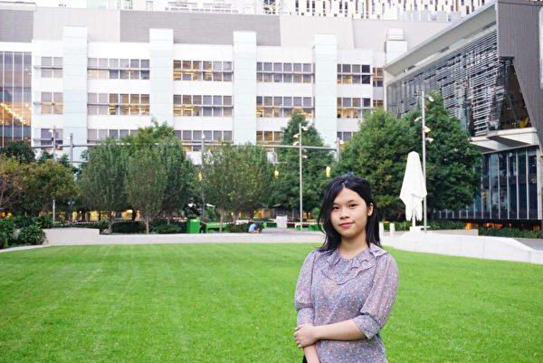 在澳洲的大學學習新聞專業的越南裔學員尼娜(Nina Nguyen)由於學習法輪大法化解了對父親多年的積怨。(本人提供)