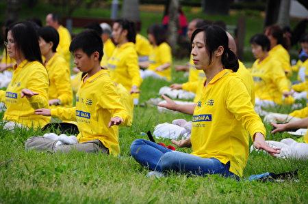台灣新竹地區部份法輪功學員近二百人,2020年5月2日,在新竹市赤土崎公園,煉靜功。(賴月貴/大紀元)