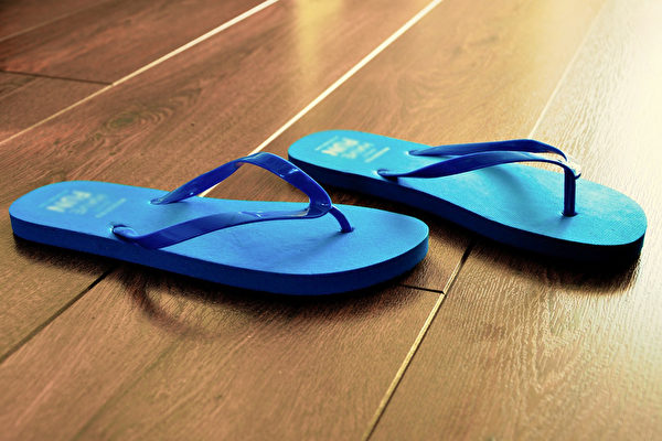 长久穿夹脚拖鞋,容易让小腿前面的肌群产生过度疲劳的现象。(Pixabay)