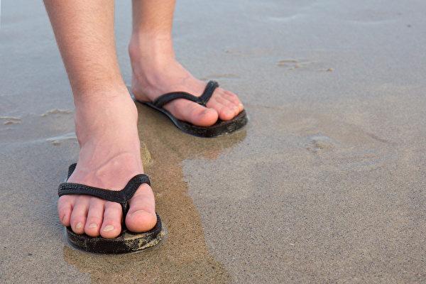 穿夾腳拖鞋、Y拖,會給足部帶來傷害嗎?(Shutterstock)