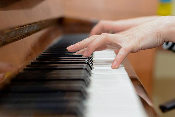 正能量音樂,如古典音樂或節奏較緩慢的曲調,能放鬆身心,減輕壓力。(Shutterstock)
