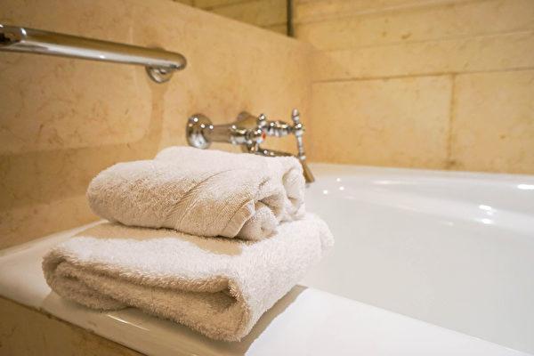 洗澡的熱水會帶走皮膚油脂,所以洗完澡後皮膚會變得緊繃。(Shutterstock)