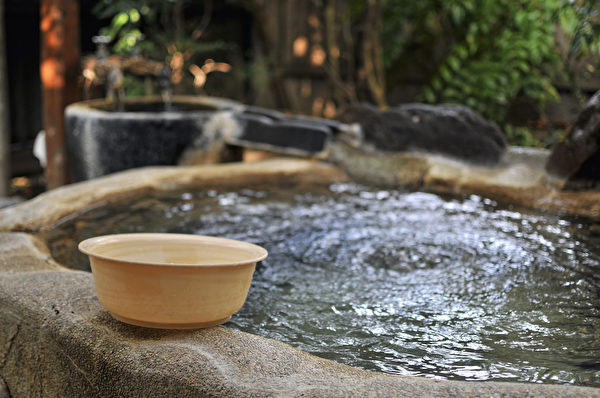 泡澡、泡溫泉能促進全身血液循環,釋放壓力。(Shutterstock)