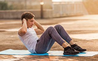 仰臥起坐能增強腹肌、穩定身體核心,但姿勢錯誤也容易導致運動傷害。(Shutterstock)