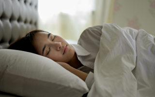 睡觉时用枕头垫起身体,可以保持舒服睡姿,并让身体血液循环通畅。(Shutterstock)
