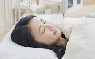 夏天热到睡不着?几个技巧降室温和体温,让你睡好美容觉。(Shutterstock)