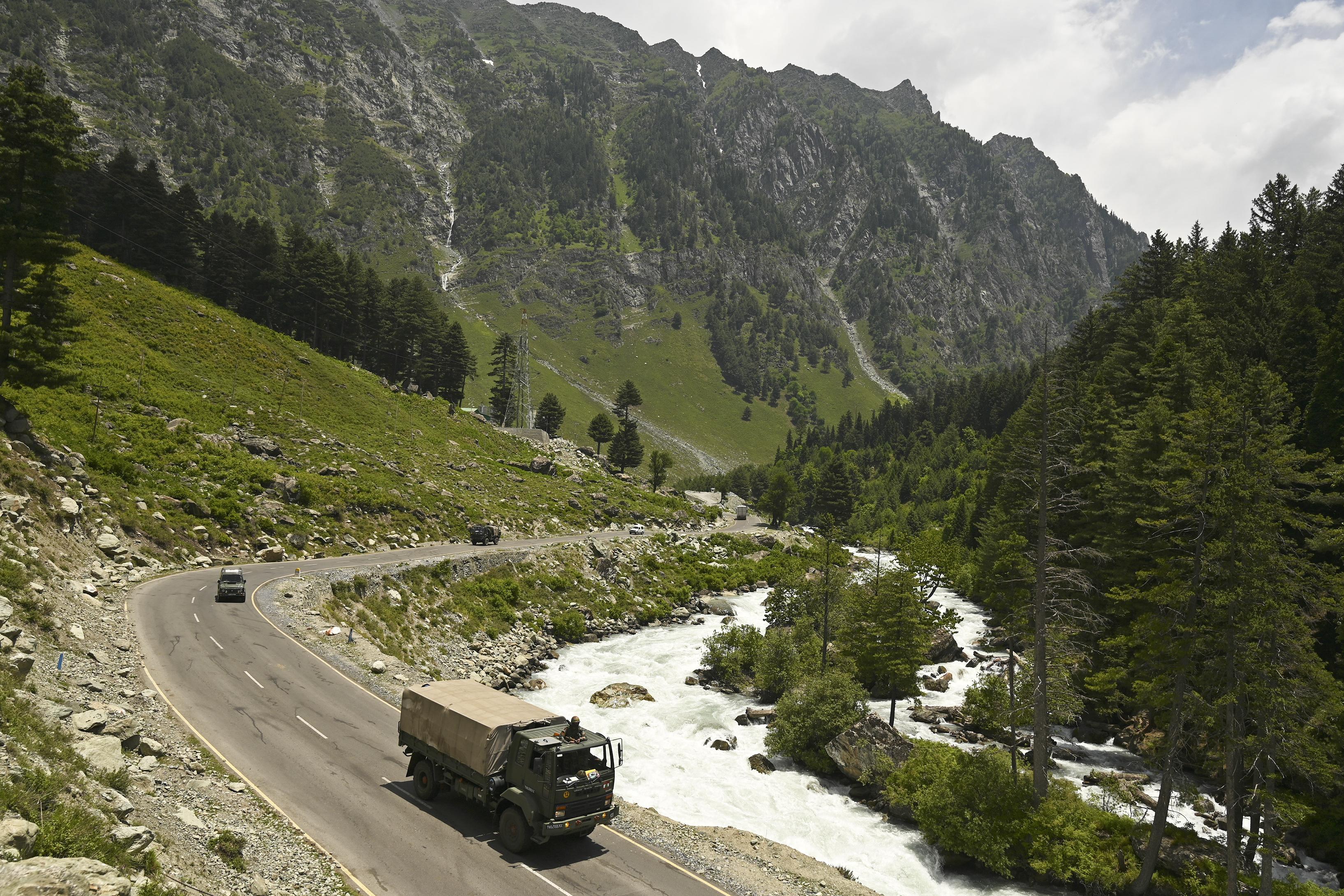 圖為2020年6月17日,印度軍隊護衛隊朝著與中國接壤的列城(Leh)駛去。(Photo by Tauseef MUSTAFA / AFP)