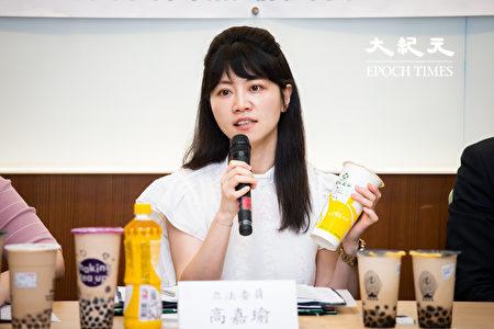 民进党立委高嘉瑜8日召开记者会表示,希望政府要求手摇饮料业者要在每杯饮料上标示出含糖量及热量。