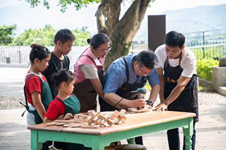 桃園市長鄭文燦動手製作木餐盤,共享木藝樂趣。