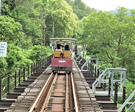 魚藤坪鐵橋高33公尺的鐵橋架在綠得叫人驚訝的溪谷上。