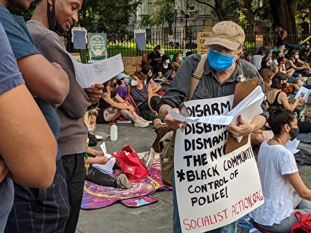 「社會主義行動」團體的白人長者逢人便發傳單,一直喊著「社會主義、革命」。