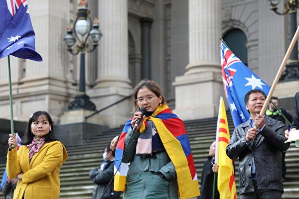墨爾本西藏社區秘書長多姆麗女士(Ms Domely)在集會上發言。(Grace Yu/大紀元)