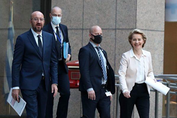 6月22日,歐盟方面的代表——歐洲理事會主席查理斯‧米歇爾(Charles Michel,左)和歐洲委員會主席烏爾蘇拉‧馮‧德萊恩(Ursula von der Leyen,右)。(YVES HERMAN/POOL/AFP via Getty Images)