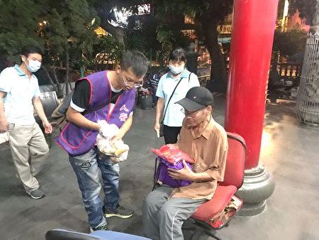 人安桃園站長陳志偉晚上至土地廟發放粽子等物資給街友。