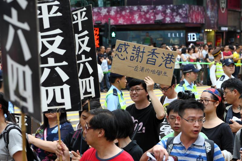 圖為2013年5月26日香港支聯會發起六四24周年愛國民主大遊行,要求平反六四,結束一黨專政,建設民主中國,大會宣佈1600人參加,有大陸學生專門參加遊行表示感謝。(潘在殊/大紀元)